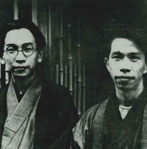 伊東静雄(右)と辻野久憲肖像(昭和9年、大阪の伊東の家の前で)