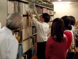 書庫見学の様子