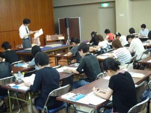 講義の様子(所蔵資料を体感しながら研究法を学び、学芸員過程の単位にもできる)