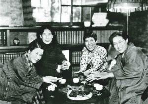 火鉢を囲む女性作家4人(左から林芙美子、宇野千代、吉屋信子、佐多稲子)