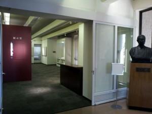 展示室入口(手前は高見順胸像)