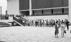1967年9月、開館記念「近代文学名作展」の入場に並ぶ人々